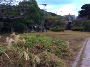 俊寛墓碑前の広場の草刈りの様子1