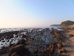 黄昏時の畔の岩這