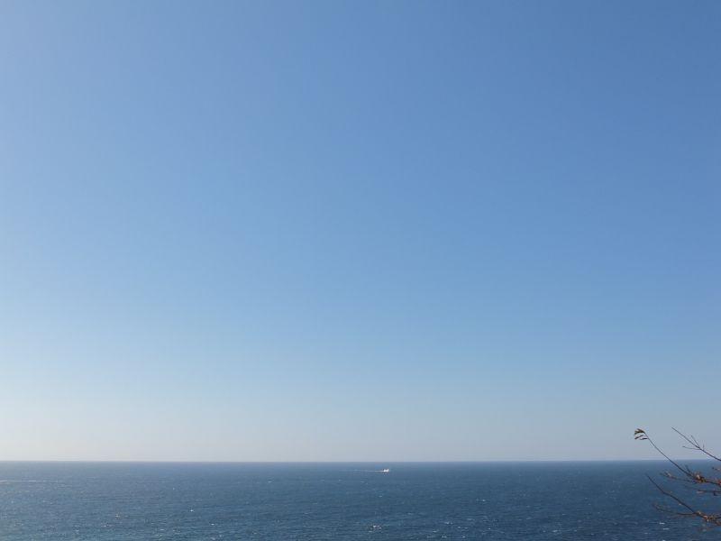青い空と青い海しか見えない広がりを実感できます。