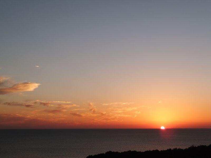 大変稀ではありますが、海面に直接沈む夕日を見ることができます。