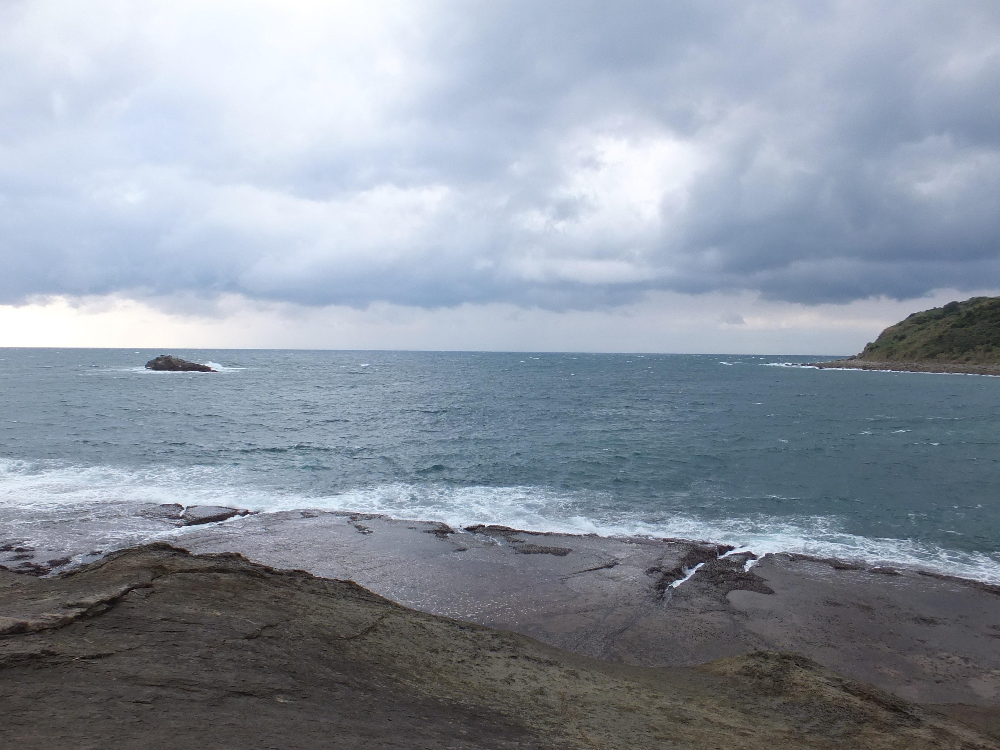 ■干潮時の千畳敷(広い平面の岩だなが現れます。)