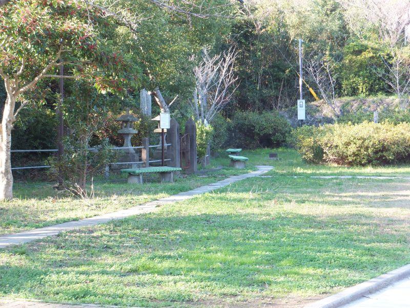 伊王島中央児童公園にある俊寛僧都の墓碑