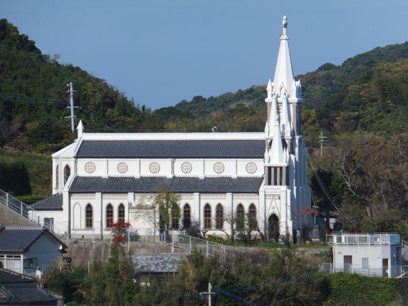 日本の伝統的な屋根瓦を教会のゴチック様式のデザインに融合させている美しさは、日本の大工技術のレベルの高さを証明しています。