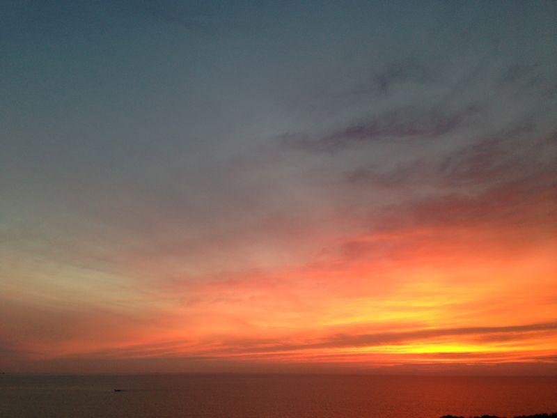 空と海の境目がわからなくなる日の夕焼けは、世界が茜色に染まります。
