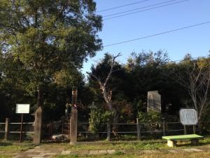 俊寛僧都の墓碑と北原白秋の歌碑は、並んで建てられています。