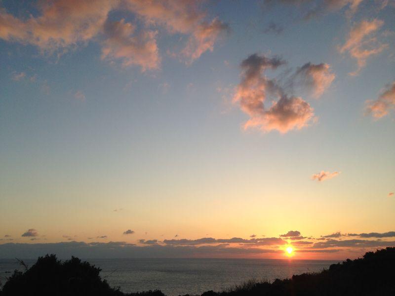 角力灘にかかる雲の中に沈む夕日も趣きがあります。