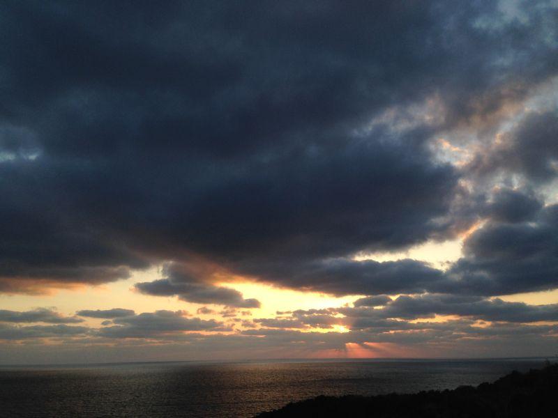 スタンダールの小説「赤と黒」をイメージさせるような冬の海の夕暮れはまた、独特の雰囲気を醸(かも)し出します。
