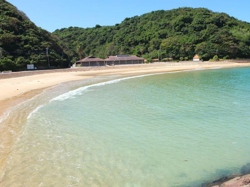 きめの細かい砂浜は芸術的な曲線を見せます。