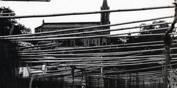 漁網を乾かすための竹のサオ。背景には馬込教会1962年(昭和37年ごろ)