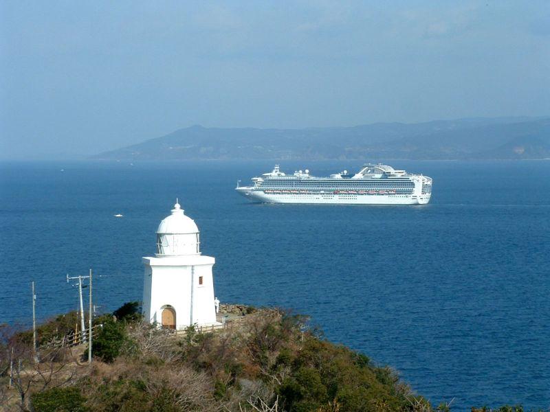 恋する灯台に選ばれた伊王島灯台と豪華客船