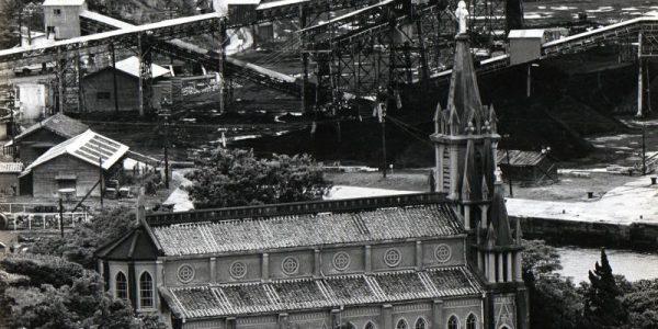 馬込教会の背後には石炭輸送施設が見える1962年(昭和37年ごろ)
