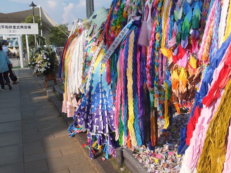 長崎原爆犠牲者慰霊平和祈念式典の会場へと続く道の両脇には、平和を願う折り鶴