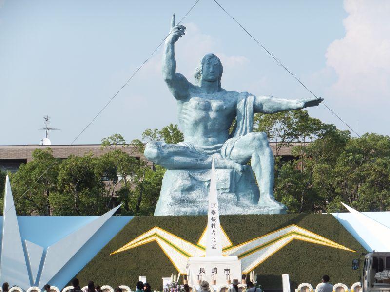 長崎県長崎市松山町にある平和公園の北端に建てられた平和祈念像