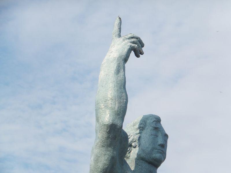 原爆の脅威を表す平和祈念像の右手