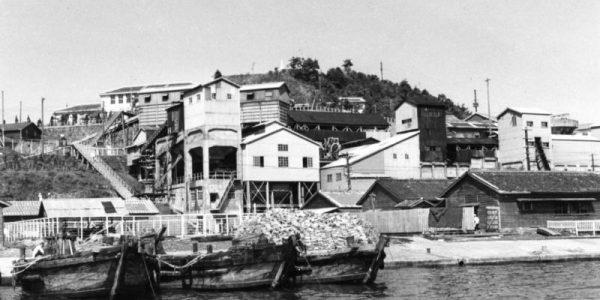 沖ノ島の沖から日鉄鉱業所と水上船団1962年(昭和37年ごろ)
