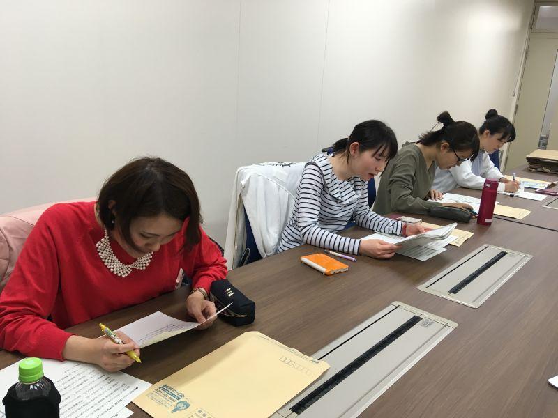 録音前に日本語原稿の朗読練習を熱心にするボランティアの学生さん