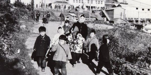 伊王島の馬込地区にあった幼児園から帰宅する子供たち1962年(昭和37年)
