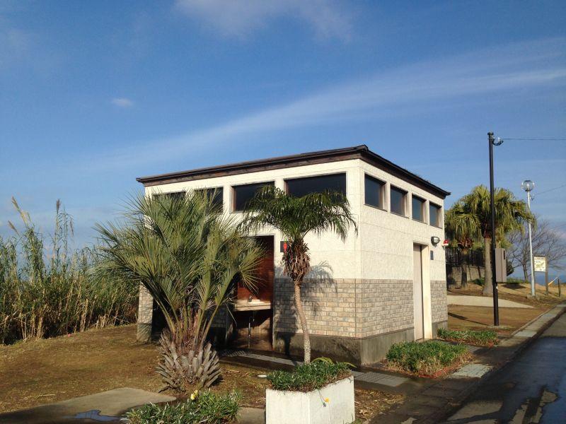 夕陽ケ丘展望所のすぐ脇には、トイレも完備されています。